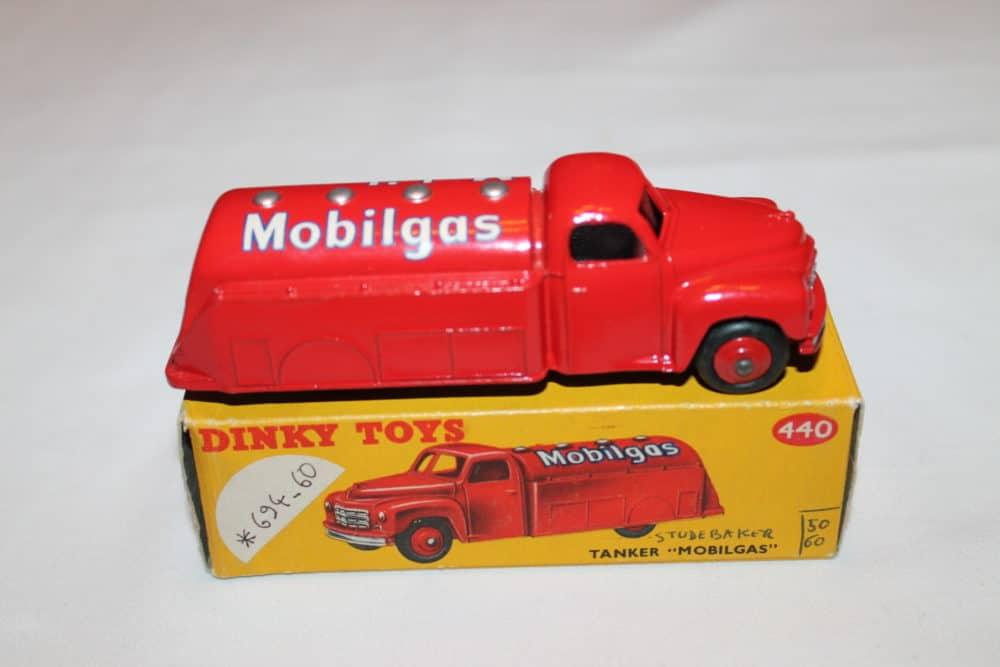 Dinky Toys 440 Studebaker Tanker 'Mobilgas'-side