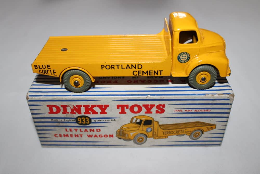 Dinky Toys 933 Leyland Cement Lorry-side
