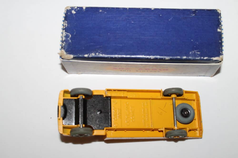 Dinky Toys 933 Leyland Cement Lorry-base