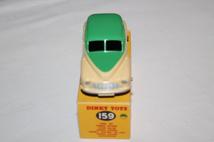 Dinky Toys 159 Morris Oxford-front