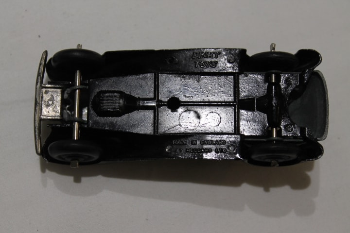 Dinky Toys 036d Rover Saloon-base