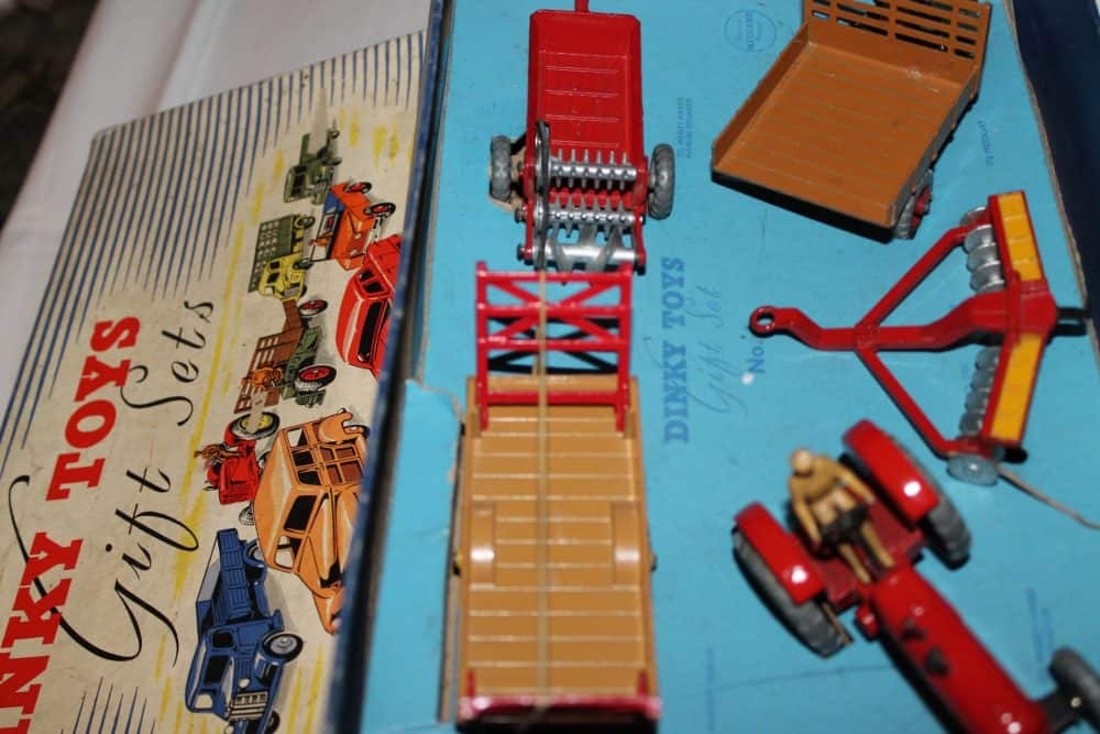 Dinky Toys No 1 Farm Gift Set-content2