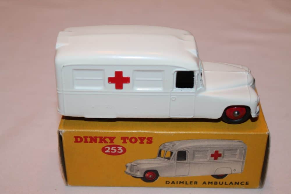 Dinky Toys 253 Daimler Ambulance-side