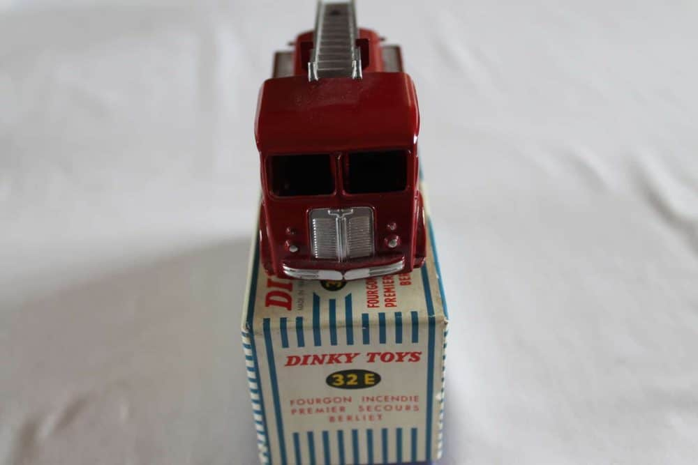 French Dinky Toys 032E Berliet First Aid Vehicle-front